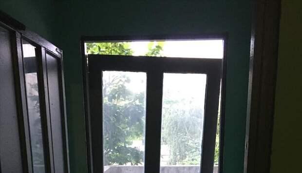 В подъезде дома на Дежнёва отремонтировали слетевшую с петель дверь