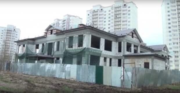 Дмитрий Денисов проверил строительство детского сада на Правобережье
