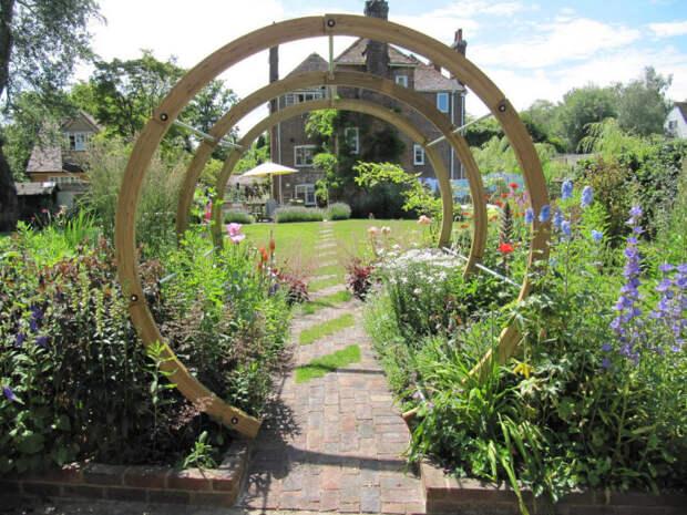 Арка из деревянных колец - функциональный и эстетичный элемент ландшафтного дизайна.