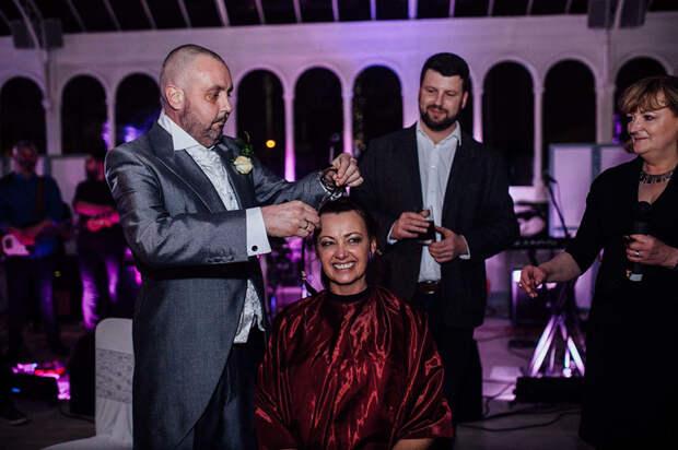 Невеста остриглась наголо на своей свадьбе в знак солидарности с неизлечимо больным женихом