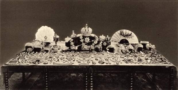 Фото, сделанное советской комиссией в 1920-х годах при оценке ювелирами драгоценностей царской семьи. Многие сокровища бесследно утрачены./Фото: cdn.wi-fi.ru