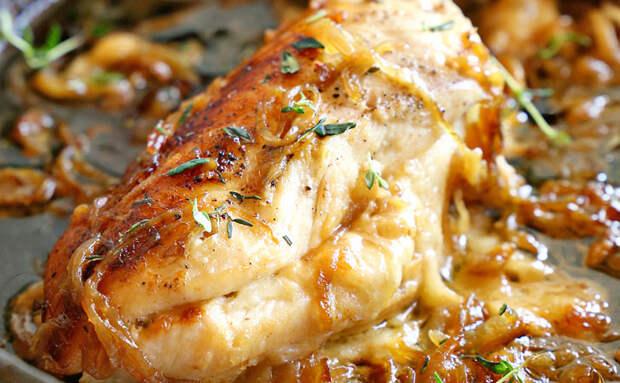 Кладем лук внутрь куриной грудки: мясо сразу прибавляет в сочности