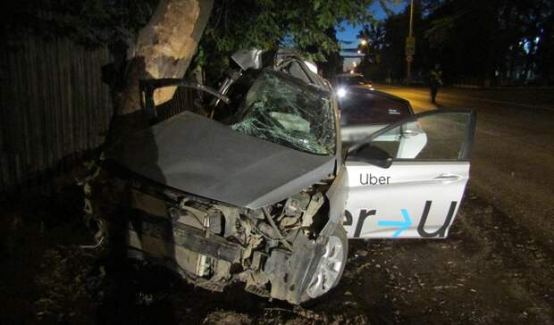 В Ижевске при столкновении иномарки с деревом погибла пассажир
