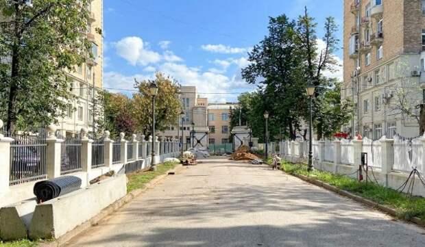 Реставраторы спасают пилоны парадных ворот Александринского дворца