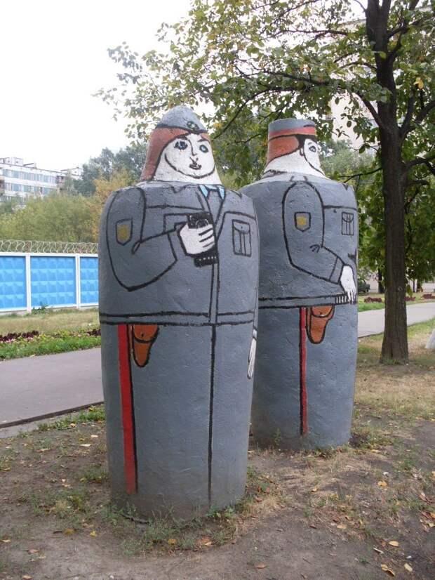 Фото дня: «полицейские статуи» в Лианозове