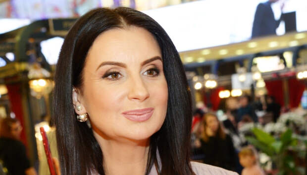 Телеведущая Стриженова вернулась в эфир «Время покажет» после сложного перелома руки