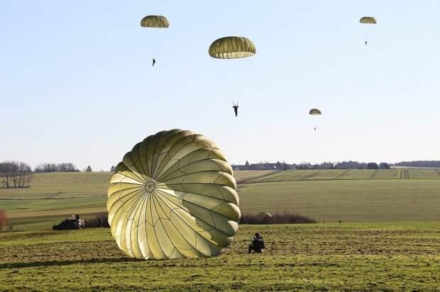 Групповой прыжок парашютистов в Подмосковье завершился трагедией