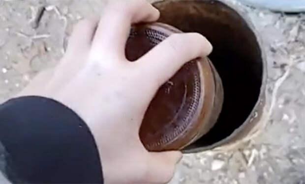 В лесу нашли скважину и решили бросить в нее бутылку: труба стала издавать громкие звуки. Видео