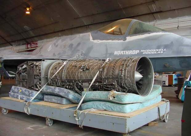 Прототип Нортроп YF-23 и его двигатель Дженерал Электрик YF120-GE