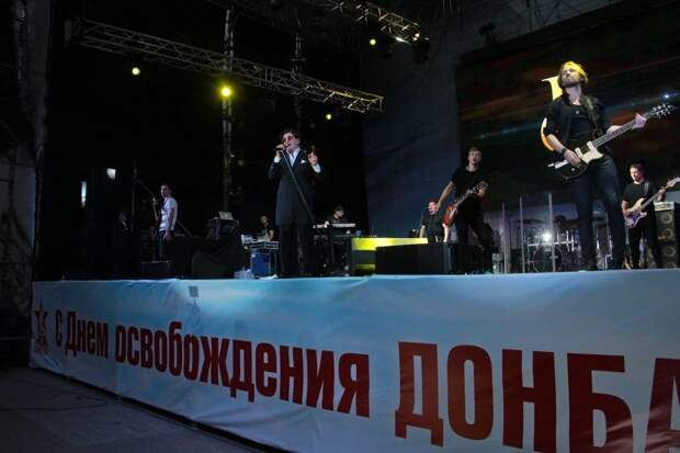 В Лондон уже не уехать: Лепс исполнил гимн России с 70 тысячами жителей Донецка
