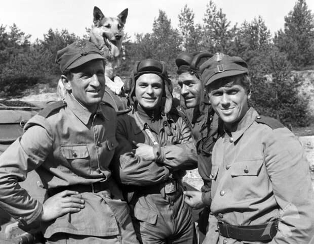 """Как выглядит сейчас Янек из телесериала """"Четыре танкиста и собака"""" и как он менялся с течением времени."""
