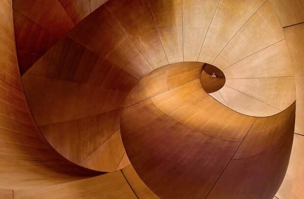 Художественная галерея в Онтарио (Канада) интересна не только как музей, но и как памятник архитектуры. Фасад почти полностью облицован стеклом, за счет чего сверкает днем и переливается ночью, а во внутренней отделке использовано дерево