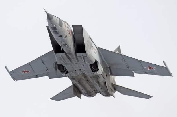 Самолет МиГ-25 с низконапорными одноконтурными ТРДФ Р-15-300