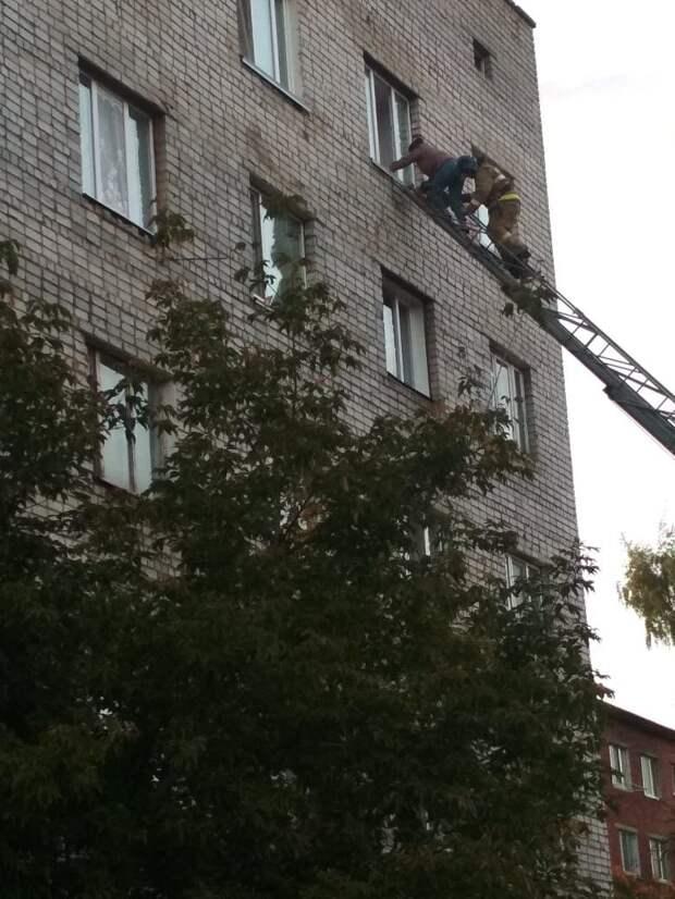 Огнеборцы спасли четырех человек из пожара в многоэтажке Сарапула