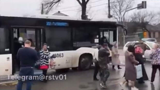 Пассажирский автобус ипогрузчик столкнулись вРостове