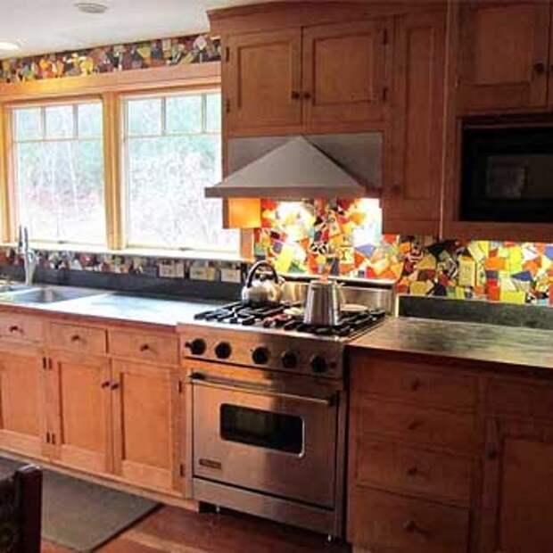 кухня со стенами из мозаики