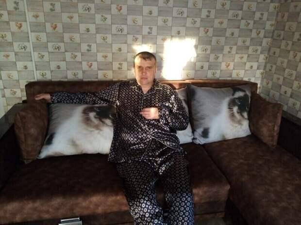 Хвастается пижамой или подушками?