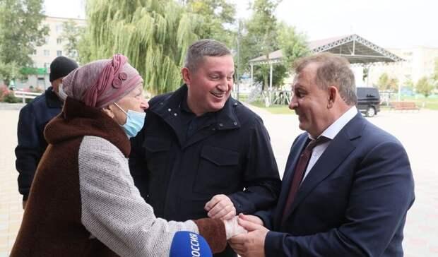 Бочаров проверил благоустройство общественных территорий во Фролово