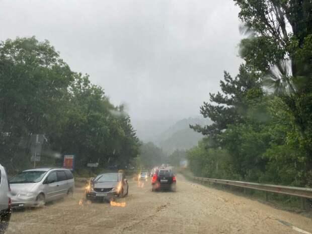 Из-за стихии врачи скорой в Ялте заперты на подстанции из-за стихии, направлены дополнительные бригады из других городов