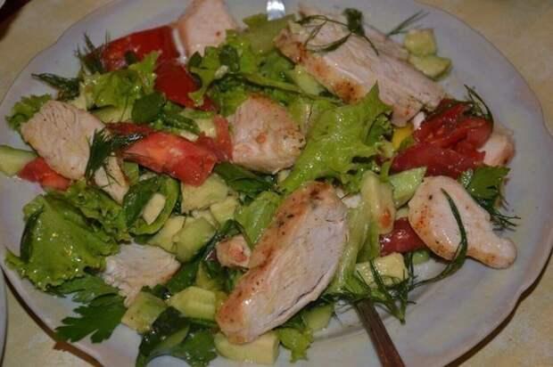 Легкий салат с курицей.