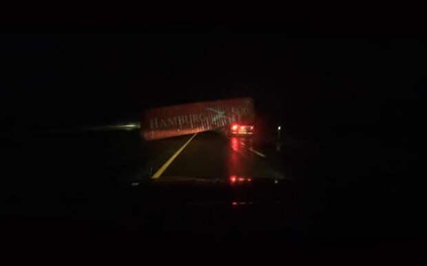 На видео попала пляска контейнера, сбитого с полуприцепа мостом