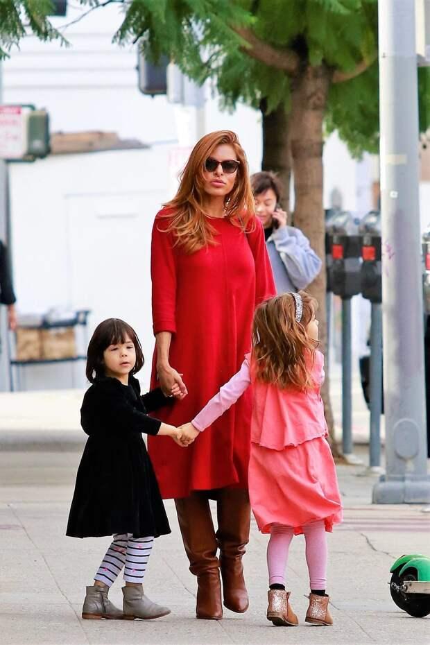 Ева Мендес на прогулке с дочерьми