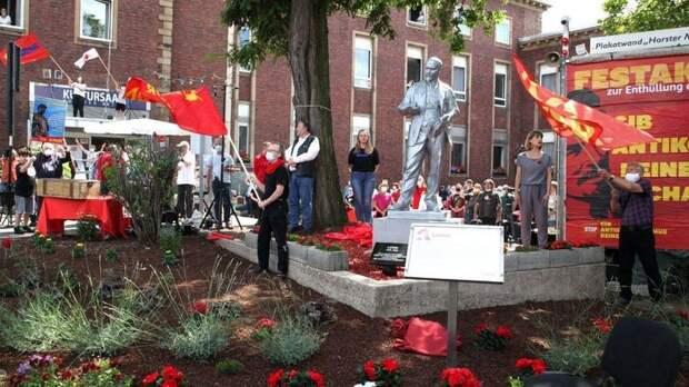 В Германии установили двухметровую статую Владимира Ленина. Фото