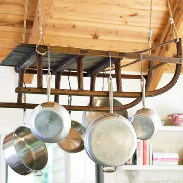 Хороший вариант сохранить кухонное пространство путем подвешивания сковородок.