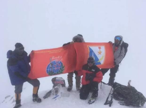 На Эльбрусе появился флаг Севастополя
