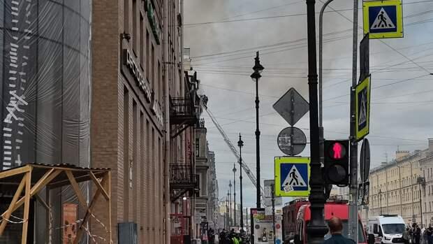 Мощный пожар произошел в жилом здании в историческом центре Петербурга