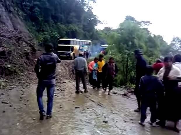 Фото с места падения с обрыва автобуса