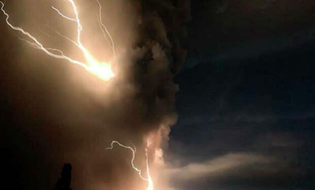Пилот пролетел через столб вулкана и снял явление на камеру