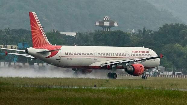 ЧП в аэропорту Мумбаи, стюардесса выпала из авиалайнера