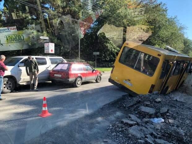 ДТП в Крыму: автобус провалился в кювет (ФОТО)