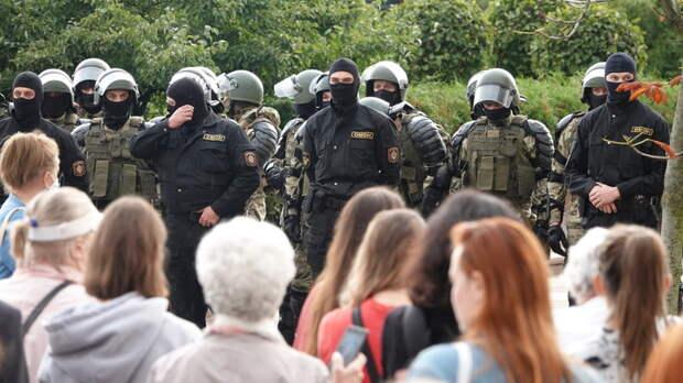 Россия - враг и субботнее позорище: Против силовиков в Минске вышли принцесски