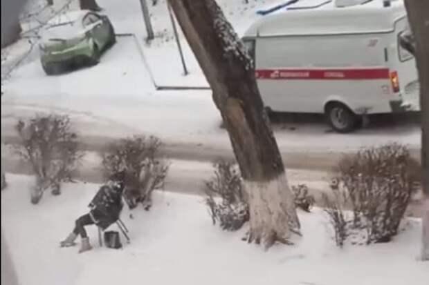 В Ростове попросившая помощи женщина умерла на территории школы