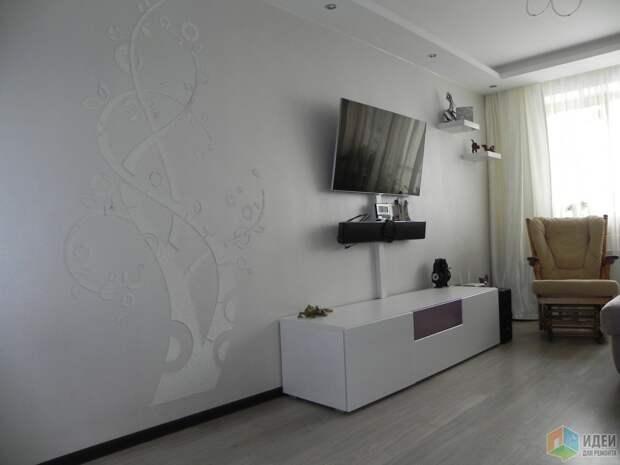 А стену напротив украсили деревом с помощью трафарета и декоративной штукатурки.
