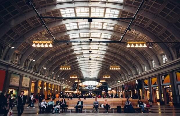 Пассажиры вокзала в Стокгольме отапливают здание своим теплом
