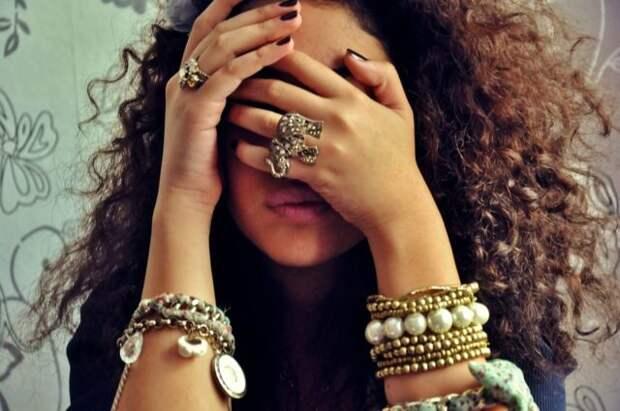 кудрявая девушка брюнетка с браслетами на руках