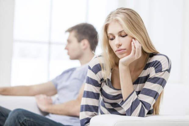 парень и девушка сидят, отвернувшись друг от друга