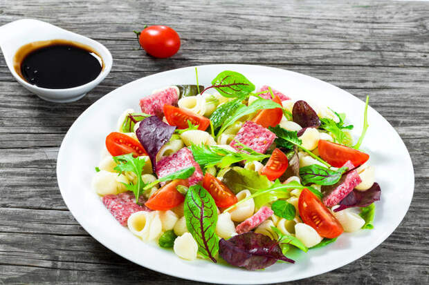 Когда хозяйка устала: 4 рецепта сытных салатов с макаронами