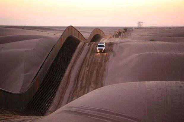 Извилистое ограждение в песчаных дюнах Альгодон, Южная Калифорния интераесное, факты, фото