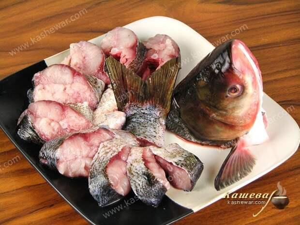 Рыбу очистить, помыть и сделать надрезы по хребту