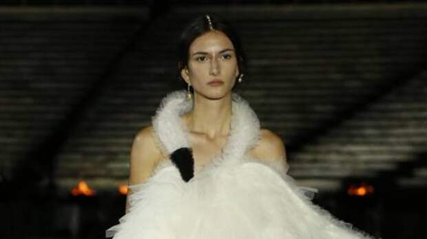 Платье-лебедь, греческие тоги и кроссовки: в Афинах прошел показ новой круизной коллекции Dior