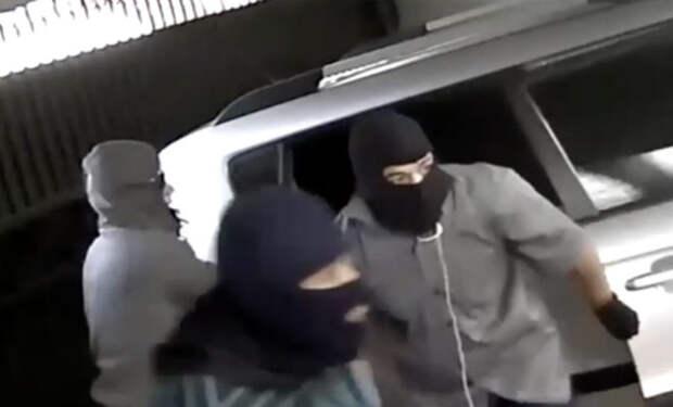 Смелый хозяин разогнал 5 грабителей своим видом
