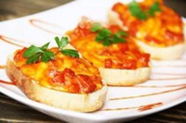 Горячие бутерброды с колбасой, сыром и яйцом.