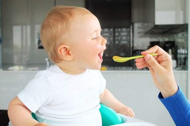 Магазинная детская смесь не всегда полезна. / Фото: detkiportal.ru