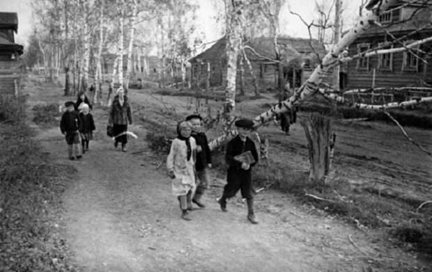 В освобожденном селе налаживается мирная жизнь, 1943 год.