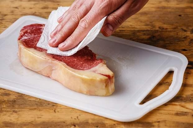 Чтобы стейк получился с хрустящей корочкой, уберите лишнюю влагу. / Фото: mimpvologda.ru