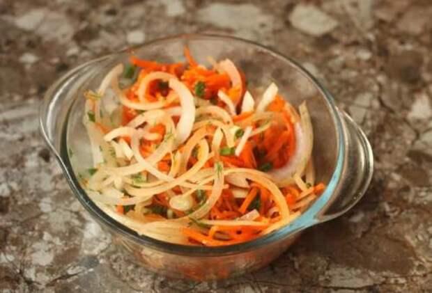Рецепт салата с сельдью, для которого ничего не нужно варить